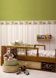 Nossa primeira dica é do papel de parede com efeito linho, trazendo textura e contraste com tons claros, deixando o ambiente alegre e colorido. Funciona bem para decorar quartos infantis, deixando-o leve e descontraído.