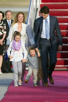 Canadian Prime Minister Justin Trudeau, walks with his wife Sophie… Justin Trudeau, Kim Cattrall, Premier Ministre, Canada, Three Kids, Prime Minister, Your Girl, Washington, Canadian Maple