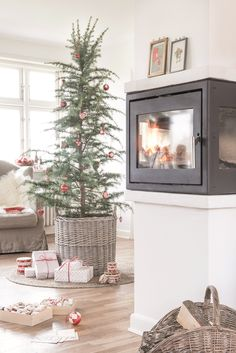 When you are more exhausted and tired than a sock, and Get glimpses from christmas 😍😃 interior Natural Christmas, Nordic Christmas, Country Christmas, Beautiful Christmas, Winter Christmas, Christmas Gifts, Christmas Decorations, Xmas, Winter House