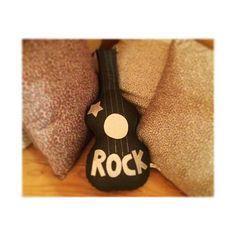 Branchez la guitare ...  Chers parents, rassurez-vous cette jolie guitare est silencieuse.  La boutique est ouverte aujourd'hui de 14h00 à 18h00.  #creationfrancaise #libellule #libellule67600 #alsace #selestat #monalsace #3ruedu17novembre #cafeboutique #homesweethome #deco #maison #homemade #madeinfrance #fabriqueenfrance #acheterfrancais #guitare @cremeanglaisebb