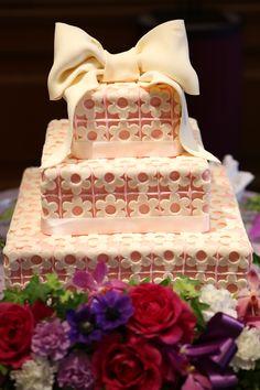 ウェディングケーキ ホワイトチョコレートのリボンと花