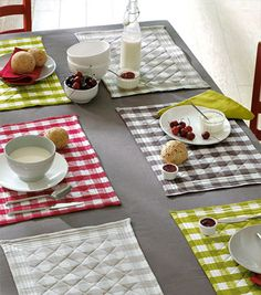 Fashion and Lifestyle Table Runner And Placemats, Quilted Table Runners, Sewing Projects, Projects To Try, Mug Rugs, Mini Quilts, Table Toppers, Decoration Table, Table Linens