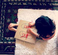 Manualidad para aprender a atarse los cordones  http://charhadas.com/ideas/29025-manualidad-para-aprender-a-atarse-los-cordones