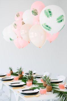 Auffallende tischdeko mit Decoupage Luftballons, Ananasfrüchten und Palmenzweigen