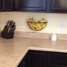 Panier pour suspendre une plante réutilisé comme panier à fruit, libérant ainsi de la place sur le plan de travail de la cuisine - Hanging planter basket re-purposed as a fruit holder! Frees up valuable counter space