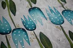 Ručne maľovaná hodvábna šatka. Príjemný svieži motív . Materiál 100% hodváb, pongé 5. Farby sú stále pri praní i používaní....