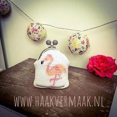 De flamingo is nog steeds hip! Crochet Purses, Flamingo, Coin Purse, Wallet, Fashion, Flamingo Bird, Moda, Crochet Bags, Crochet Clutch Bags