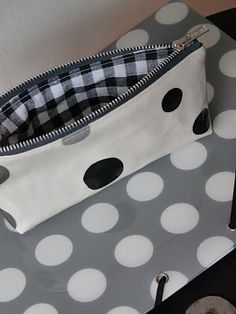 Zipper pouch tutorial (in French, but with step by step photos) Sewing Tutorials, Sewing Projects, Zipper Pouch Tutorial, Neue Outfits, Creation Couture, Couture Sewing, Diy Couture, Sewing Accessories, Little Bag