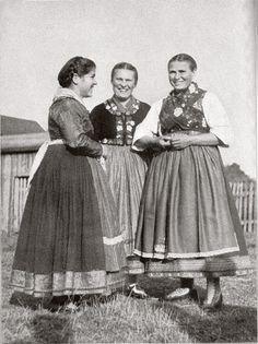Frauen aus Mardorf in katholischer Hessentracht