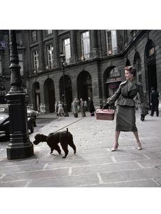 Robert Capa. Une mannequin Dior place Vendôme à Paris, en 1948.