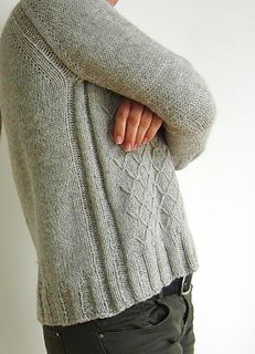LOUVRE is a casual sweater, which is meant to be worn slightly oversized with long and cozy sleeves. The Pyramid-pattern is surprisingly easy to knit with a stunning pattern-effect at the front. Stockinette back and sleeves add a simple contrast to the textural front.