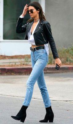 Kendall Jenner - calca-jeans-camiseta-branca-jaqueta-couro-bota - Sock Boots - meia estação - street style   Na dúvida, sock boots são mais do que bem-vindas com jeans skinny e jaqueta de couro. Básico e cool, não?
