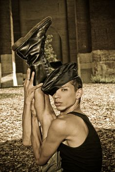 Javier Ninja is an American vogue dancer and teacher. Madrid is a member of the Legendary House of Ninja founded by the late Willi Ninja. Dance Photography, Photography Ideas, Dance Apocalyptic, Ninja, Paris Is Burning, Vogue Photoshoot, Urban Music, Queer Art, Strike A Pose