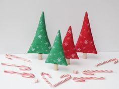 Kleinen Wald Weihnachtsbäume - 4 Stk.  Diese kleine Weihnachtsbäume bringt eine Menge Spaß für Urlaub und Alltag Dekorationen für die Fensterbank, Bücherregal, Natur-Tabelle oder Kinderzimmer. Sie können es als ein Plüschtier mit Bausteine, ein Zugverband, Puppenhaus, Miniaturdorf Holzhäuser, Mantel, Couchtisch oder einem Klassenzimmer verwenden.  Hergestellt aus neuen 100 % Baumwollgewebe, gefüllt mit hochwertigen nicht allergen Polyestergewebe in einem Rauch frei Haus.  Maße: ca. 8,5 hoch…