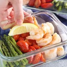 One-Sheet Pan Shrimp with Cherry Tomatoes and Asparagus is delicious and super easy to make – Be amazed how only 5 ingredients can make a healthy meal-prep for your whole week. #mealprep #shrimp #asparagus #lowcarb
