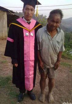Un hombre en extrema pobreza felicitando orgullosamente a su hijo que logró graduarse de la universidad.