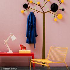 Der an der Wand aufgemalte Garderobenständer simuliert einen Baum. An den Garderobenhaken an den Ästen kann man Jacken und Hüte aufhängen.