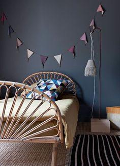 Un coup de pinceau et le tour est joué ! Relooker la chambre d'enfant n'a jamais été aussi facile. On ose la peinture pêchue, une petite décoration murale et la chambre est comme neuve.