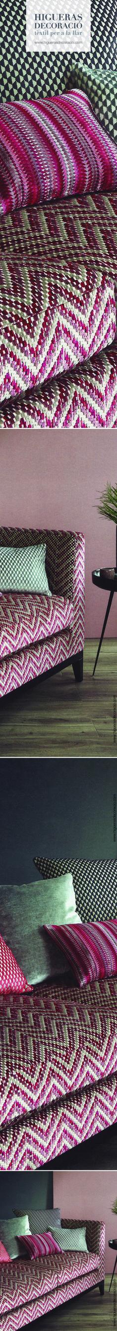 Tapiza el sofá con tela de terciopelo cortado. Combínalo con cojines de tamaños y colores diferentes pero de un único tacto. Aprovecha la línea cromática de la colección, una paleta de tonos vibrantes que denotan atrevimiento y serenidad. www.higuerasdecoracio.com