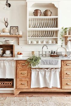 farmhouse kitchen decor Farmhouse decor reflects a slower, more relaxed pace of life in the country. Find out how to decorate with Farmhouse style with Interior Designer, Tracy Decor, Interior, Kitchen Remodel, Kitchen Decor, Home Decor, New Kitchen, Home Kitchens, Rustic Kitchen, Kitchen Design