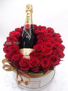 Šampanjac i ruže u ukrasnoj kutiji. Valentine Flower Arrangements, Creative Flower Arrangements, Valentines Flowers, Valentine Decorations, Valentines Diy, Valentine Day Gifts, Valentine Nails, Flower Box Gift, Happy Birthday Wishes Cards