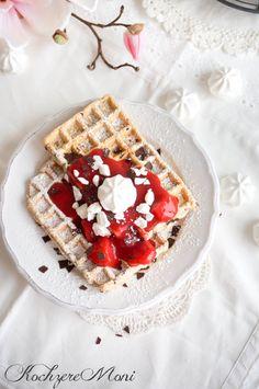 Stracciatella Waffeln mit Erdbeersoße und Meringue