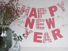 Misschien heb je 'm al eens langs zien komen: de doe-het-zelf Happy New Year slinger van Welke.nl. Wegens de vele enthousiaste reacties die we vorig jaar ontvingen, wilden we 'm jullie dit jaar niet onthouden en plaatsen we 'm gewoon nog eens. Deze nieuwjaarsslinger krijg je cadeau van Welke.nl. Wij hopen namelijk dat je een prachtig nieuwjaar hebt vol liefde, geluk en heel veel inspiratie! Lees verder om te zien hoe je deze gratis slinger kunt downloaden en maken.