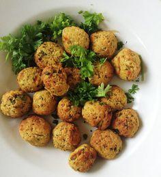 Lav nemme ovnbagte falafler, med denne simple opskrift. Brug falaflerne til aftensmaden eller i madpakken. Brug dem i pitabrød og andre lækkerier Buffet, Food Plus, Veggie Side Dishes, Baked Potato, Broccoli, Recipies, Food And Drink, Dinner, Snacks
