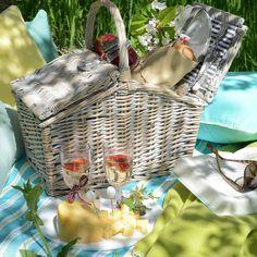 Der stylishe Picknickkorb im leichten Vintage-Look verleitet zu einem Ausflug ins Grüne.