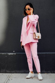 Check out all the best street style looks from outside the New York Fashion Week Spring 2018 shows. New York Fashion Week Street Style, Spring Street Style, Cool Street Fashion, Love Fashion, Fashion Looks, Fashion Outfits, Fashion Tips, Fashion Trends, Feminine Fashion