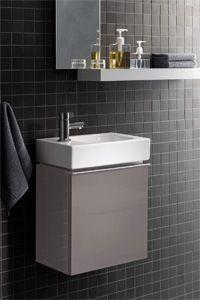 Für´s Gäste-WC: iCon xs.  Handwaschbecken mit Unterschrank oder Eckhandwaschbecken.  Der Handwaschbecken-Unterschrank mit Tür ist wie die Waschtischunterschränke in drei Möbeloberflächen erhältlich: Alpin Hochglanz, Platin Hochglanz und Burgund Hochglanz.  Für kleine, moderne Gäste-WCs.  Weitere Informationen zur Gäste-WC-Serie