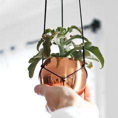 Petite tasse de cuivre Vintage suspendus planteur par HRUSKAA, $55.00
