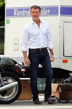 Pierce Clothes For Men Over 50, Fashion For Men Over 50, Mature Mens Fashion, Smart Casual Men, Business Casual Outfits, Pierce Brosnan, Well Dressed Men, Gentleman Style, Mode Style