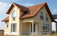 Mediterranes Haus in Deutschland Style At Home, Mansions, House Styles, Home Decor, Roof Tiles, Architectural Materials, Tuscany, Wall Design, Haus