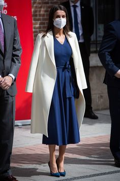 The King and Queen of Spain Mark World Book Day — Royal Portraits Gallery Modest Outfits, Chic Outfits, Kate Middleton Dress, Royal Clothing, Estilo Real, Queen Letizia, Classy Dress, Royal Fashion, Blue Dresses
