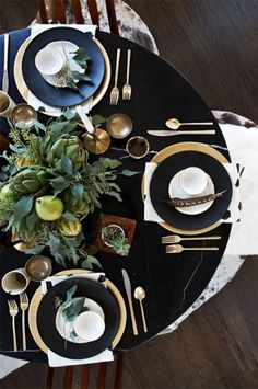 Holiday Entertaining Inspiration: 10 Gorgeous Winter Tablescapes: dramatic effect of using black plates with greens, gold and wood. Table D'or, Gold Table, Table Set Up, Easy Table, Dining Tables, Console Table, Deco Table Noel, Thanksgiving Centerpieces, Holiday Tablescape
