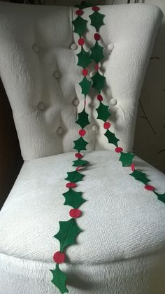 Felt Christmas Holly Garland, Christmas Decoration, Christmas bunting, Festive Decor                                                                                                                                                     Más