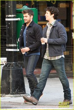 Zac Efron: Monday Morning Coffee with Miles Teller!: Photo Zac Efron and his Are We Officially Dating? co-star Miles Teller pick up cups of coffee before heading to the set of their new film on Monday morning (January Miles Teller, Gorgeous Men, Beautiful People, Monday Morning Coffee, Walking Poses, Zac Efron, Attractive People, Fine Men, Sexy Men
