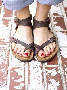 Birkenstock yaz koleksiyonu bu sene oldukça iddialı. Farklı tasarımlarda terlik ve sandalet üreten Birkenstock, modayı takip eden kadınları memnun edecek.