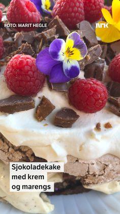 Marit Hegles kale er inspirert av kvæfjordkaken og består av to lag med sjokoladekake og sprø marengs, et raust lag med vaniljekrem, toppet med bløt fløtekrem og friske bær.