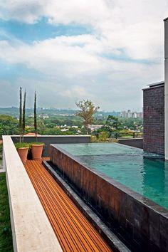 Piscina   A piscina projetada pelo paisagista Gilberto Elkis tem interior revestido de pedra Hijau, da Palimanan. Na parte externa, pedras Hitam (Foto: Célia Weiss/Editora Globo)