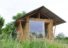 """Une cabane isolée par plus de 200 bottes de paille compressée. Elle a été conçue par cinq jeunes architectes venus de Paris, Nantes, La Rochelle, Barcelone et Andore. Visible jusqu'au 15 Septembre au festival """"Archi < 20"""" de Muttersholtz (67)."""