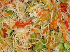 Egy csalamádé színorgiája - 2 kg káposzta 2 kg uborka 1 kg v. Pickling Cucumbers, Pickles, Cabbage, Dishes, Canning, Vegetables, Food, Hungarian Recipes, Red Peppers