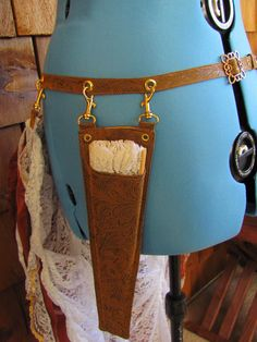 Gun belt, with clip on sound gun holster, fan holster and clip on bustle. Diary of a Wandering Costumer: steampunk aesthetic belts Steampunk Witch, Steampunk Belt, Steampunk Dolls, Mode Steampunk, Steampunk Couture, Steampunk Cosplay, Victorian Steampunk, Steampunk Clothing, Steampunk Fashion