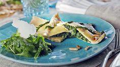 Heute servieren wir eine schwäbische Spezialität: Maultaschen. Gefüllt mit Spinat, dazu gibt es ein herzhaftes Rucola-Petersilienpesto.
