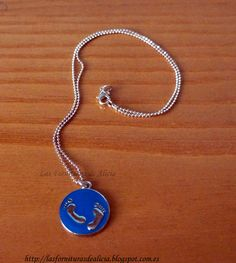 """Collar hecho con cadena de bolitas plateado y colgante """"bebé"""" en azul. Se puede grabar con el nombre o inicial y también disponible en color rosa."""
