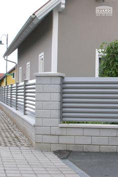 Den Sichtschutzzaun TRENTO könnt ihr perfekt auf euer Grundstück und eure Wünsche abstimmen - denn er ist sowohl mit als auch ohne Rahmen erhältlich. Ohne Rahmen wirkt der Gartenzaun offen und modern, wohingegen mit Rahmen die Sichtschutzfunktion in den Vordergrund rückt. Future House, Garage Doors, Interior Design, Outdoor Decor, Modern, Home Decor, Fence Garden, Home And Garden, Aluminum Fence