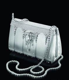 As bolsas mais caras do mundo -Portal Tudo Aqui= Essa pequenina bolsa de mão criada pela designer japonesa Ginza Tanaka é considerada a bolsa mais cara do mundo. Seu valor é de aproximados R$ 3,4milhões!