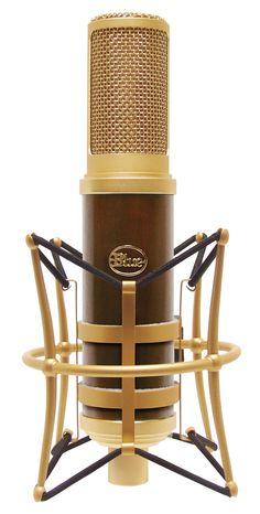 A woody cool microphone - www.remix-numerisation.fr - Numérisation Transfert Duplication Sauvegarde de souvenirs audio et Vidéo