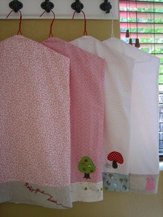 garment bags - I'd do these with less cute fabric, but it's a good idea. Sewing Hacks, Sewing Tutorials, Sewing Patterns, Fabric Crafts, Sewing Crafts, Sewing Projects, Sacs Tote Bags, Couture Bb, Garment Bags